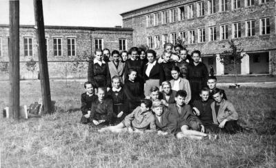 uczniowie_przed_nowym_budynkiem_szkoly.jpg
